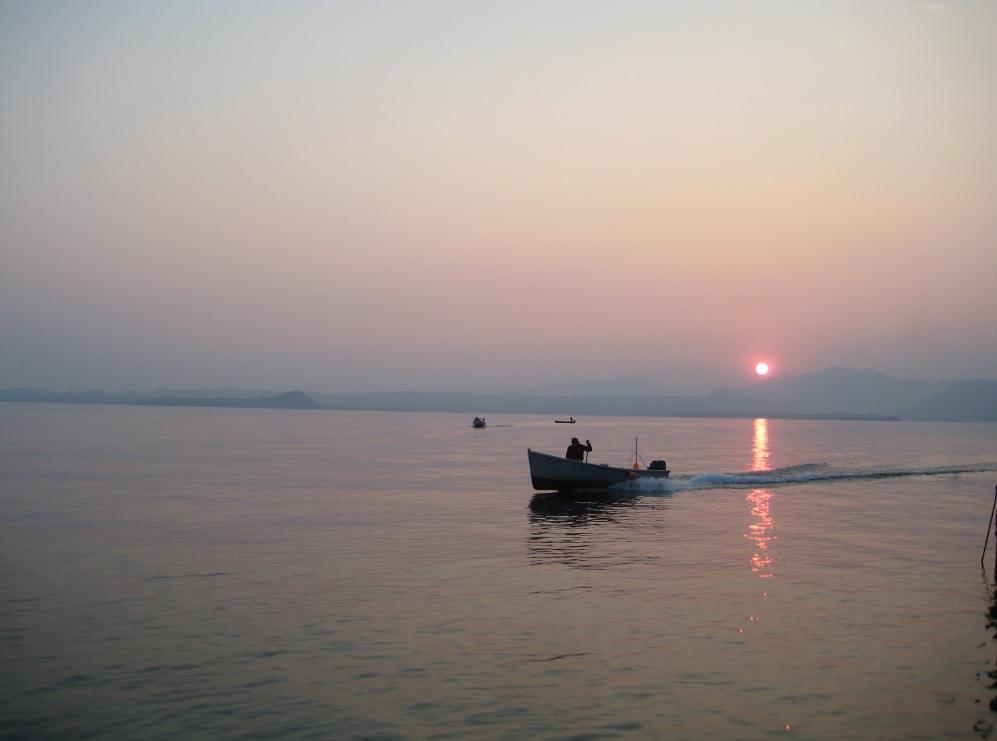 Fischer im Sonnenuntergang am Gardasee