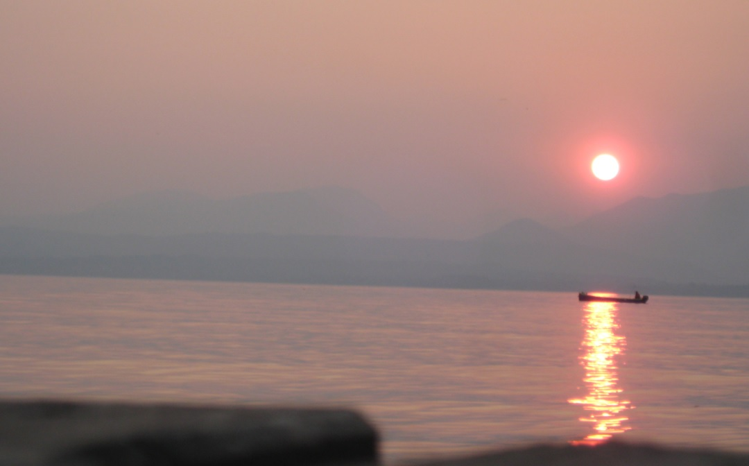 Fischer am Gardasee im Sonnenuntergang