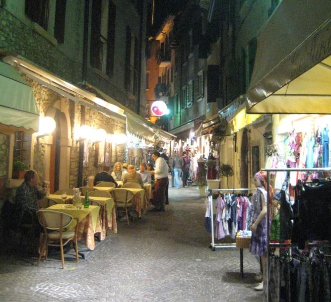 Shopping am Gardasee am Abend