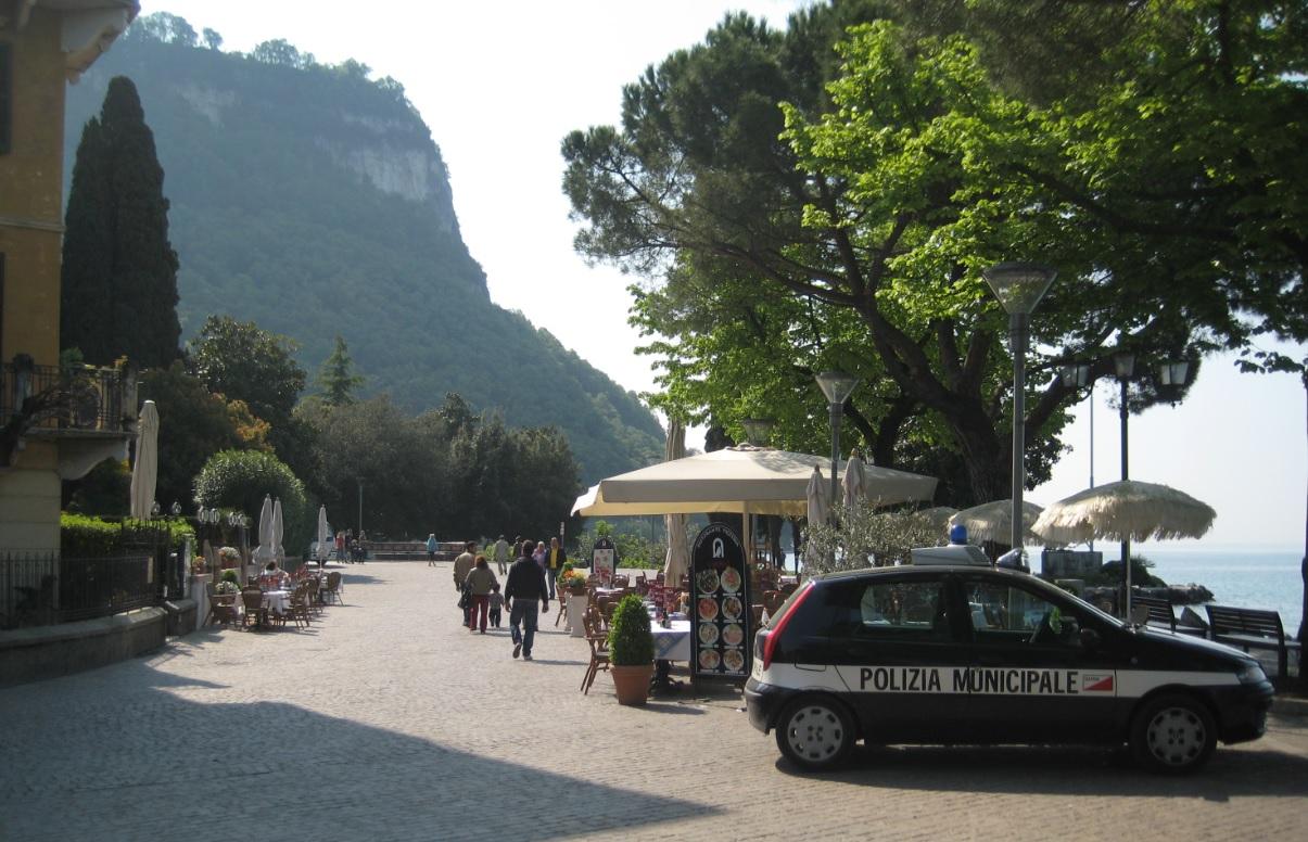 Pizza an der Promenade von Garda